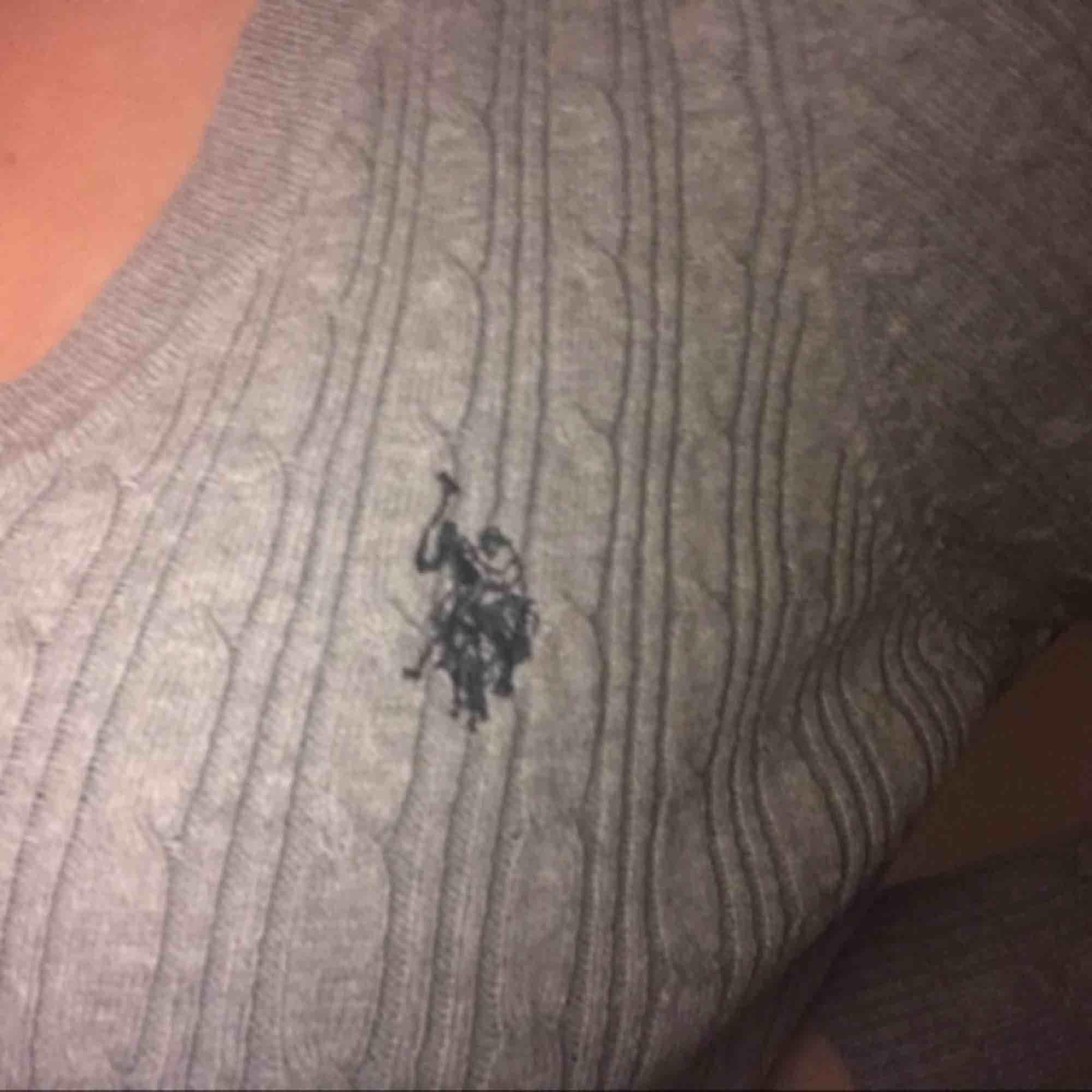 Jättefin och mysig Ralph Lauren stickad tröja i färgen grå, har använt max två gånger.  tar emot swish, fraktar och möts upp, skriv till mig vid intresse eller frågor💕. Stickat.