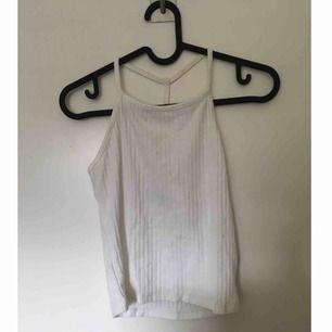 Jätteskönt linne med coola straps på framsidan. Snyggt över en långärmad tröja eller bara som det är.