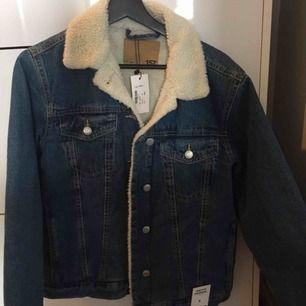 Jeans jacka från lager 157, helt oanvänd med prislappen kvar.  Originalpris: 400 kr