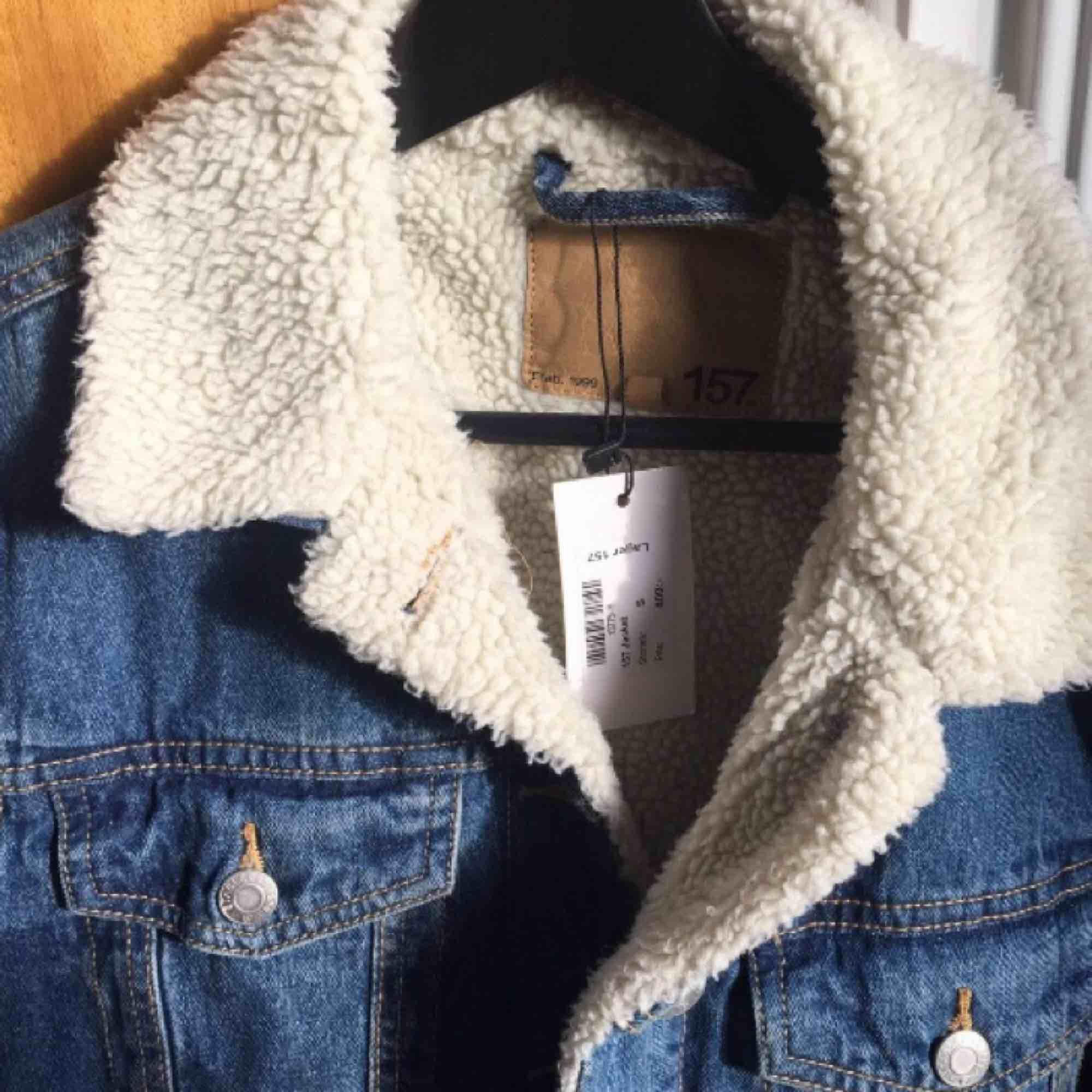 Jeans jacka från lager 157, helt oanvänd med prislappen kvar.  Originalpris: 400 kr. Jackor.