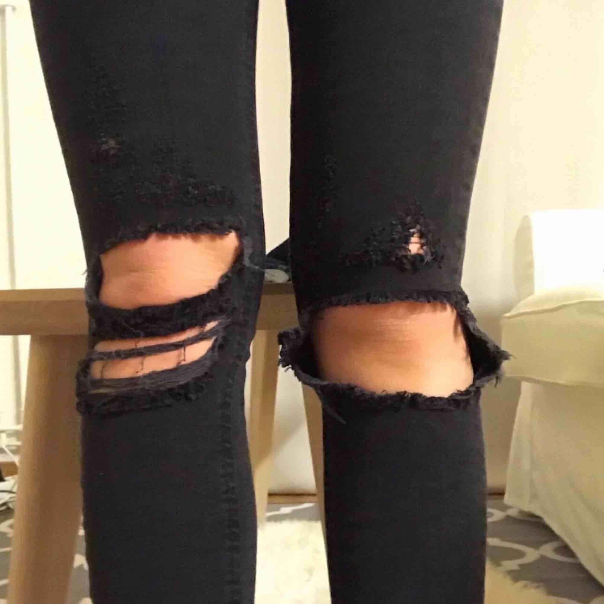Grå-svarta jeans med slitning i strl 34 från Gina Tricot. Enbart provad.. Jeans & Byxor.