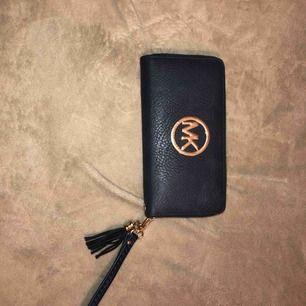 """MK plånbok kopia, mörkblå. Aldrig använd bara stått som """"prydnad"""""""