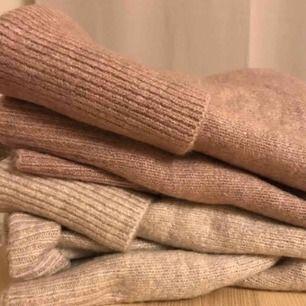 Beige och mörkrosa stickad tröja i strl S från New Yorker. Använt ett fåtal gånger. 50kr/styck eller 80kr för båda.