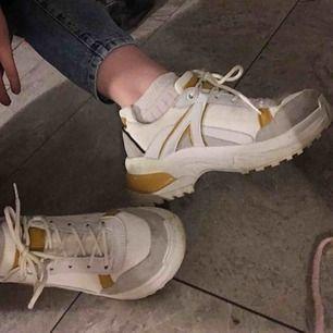 Knappt använda populära chunky shoes från Topshop med gula detaljer! Säljs pga för stor storlek men har använts några gånger, upp till fem gånger cirka!