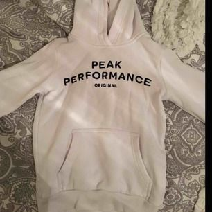 Vit peak performance hoodie i strl 130, men är ganska stor i storlek. Använd fåtal gånger. Köptes för 600 säljer för 300, kan diskuteras lite. Köparen står för frakt