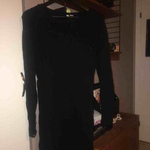 """Stickad svartklänning med """"trasiga"""" detaljer. Assnygg, cool och enkel! Helt perfekt helt enkelt."""
