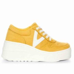 Gula skor med platå! Använd fåtal gånger, säljer eftersom jag inte använder dem så mycket som jag tänkte mig. Bjuder på frakten :) skriv för mer bilder