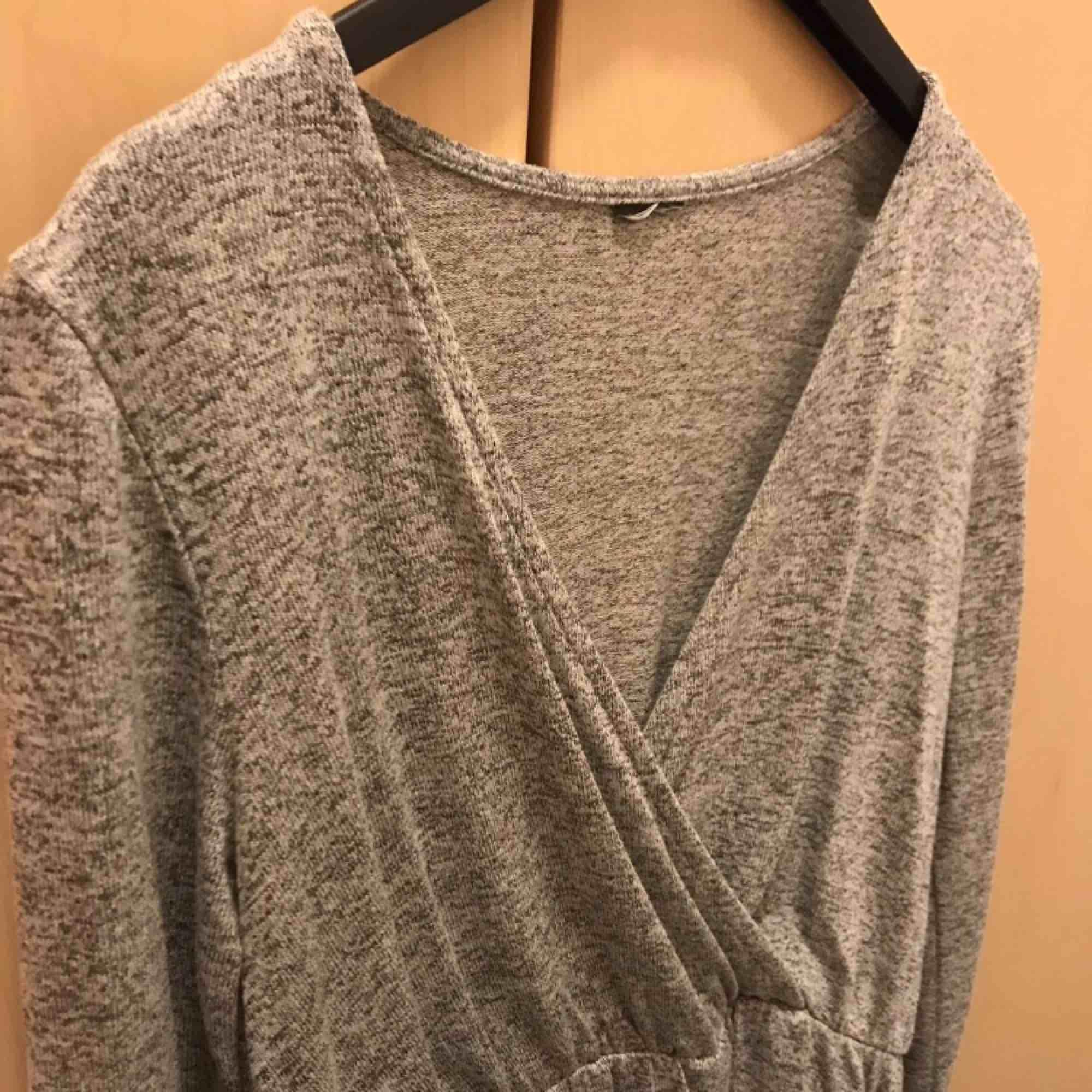 Grå tröja i strl XS från Gina Tricot. Enbart provad. Tröjor & Koftor.