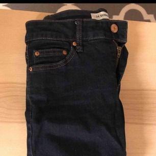 Mörkblå jeans strl 26 från Cubus. Använt ett fåtal gånger.