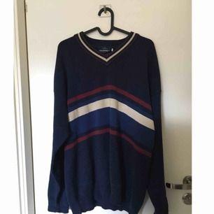 Skön tröja i mörkblått med ränder på framsidan. Baksidan är helt blå. Superfin med en skjorta under men också som den är.