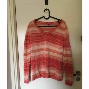 Fin stickad tröja med ränder i olika färger