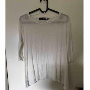 Asymmetrisk tröja med trekvartärm. Tröjan är lite transparent och passar även mig som har storlek small då den är rymlig i storleken.