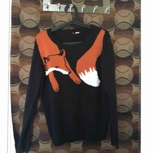 Stickad tröja med en räv runt nacken. Fint skick, avklippt storlekslapp men förutom det är den i prima skick.
