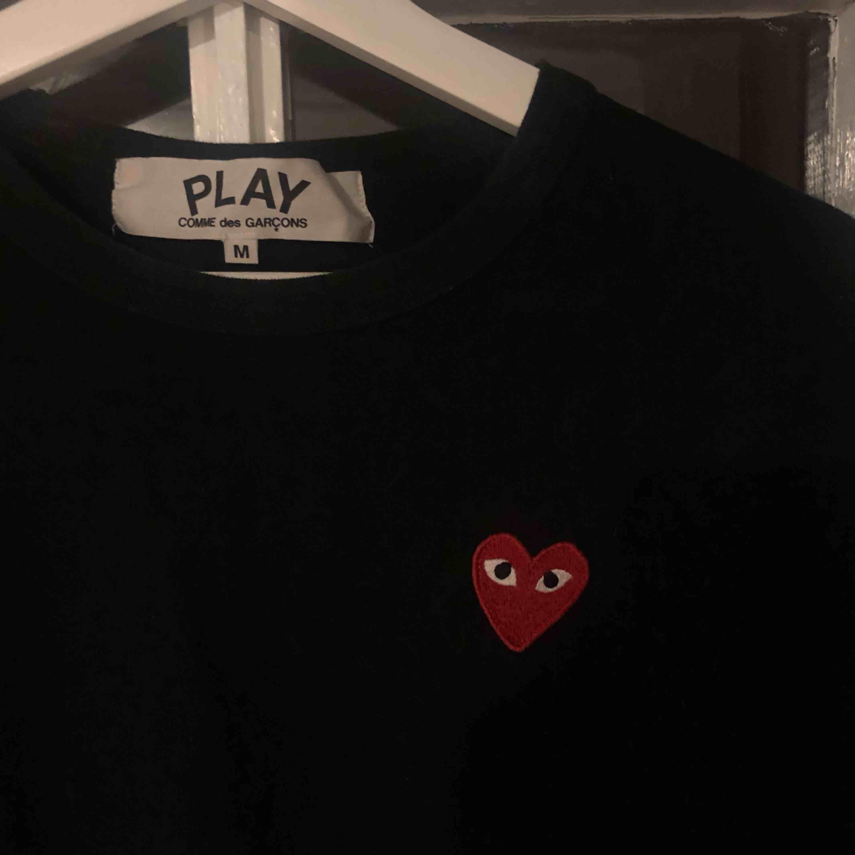 Säljer min älskade CDG play long sleeve då den ej kommer till användning längre. Självklart äkta och i mycket fint skick. Ganska liten i storleken. Jag bjuder på frakten!. T-shirts.