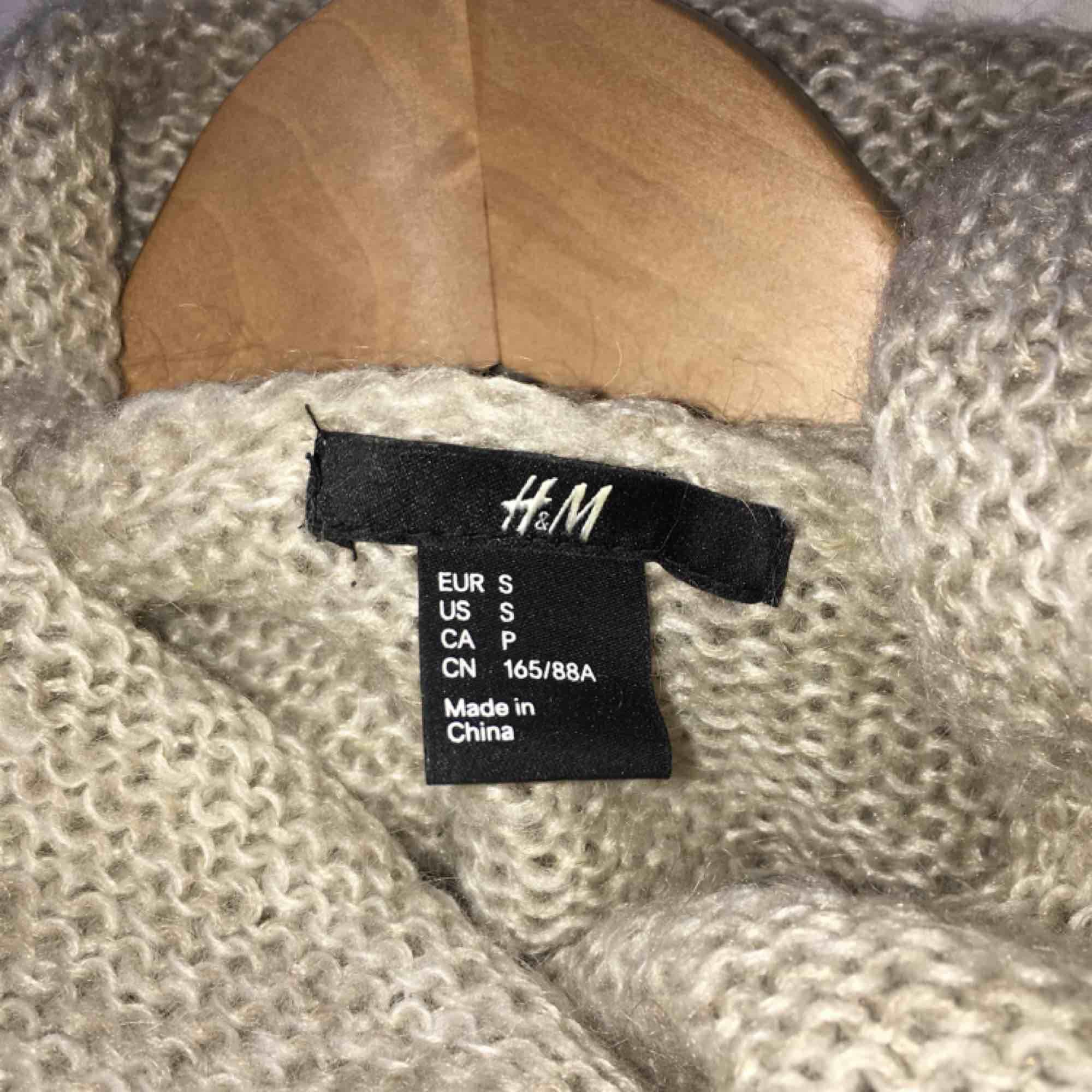 Fin stickad polotröja! Sparsamt använd och räcker på mig över rumpan (162 cm) frakt: 55 kr🌹. Stickat.