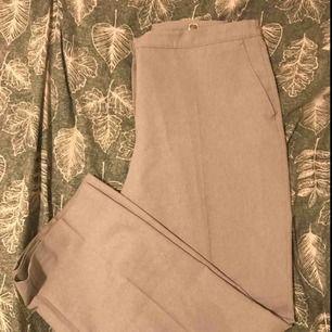 Gråa Kostymbyxor, lite för stora för mig.  Skulle säga att det är en storlek XL.