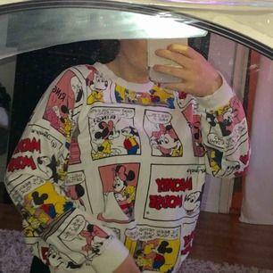 Musse pigg sweatshirt i bra skick. Sparsamt använd, köpt på Sinsay i Polen.