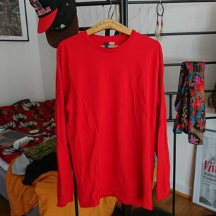 Långärmad t-shirt från H&M, som ny! Från herravdelningen storlek M. Köparen betalar frakten✨