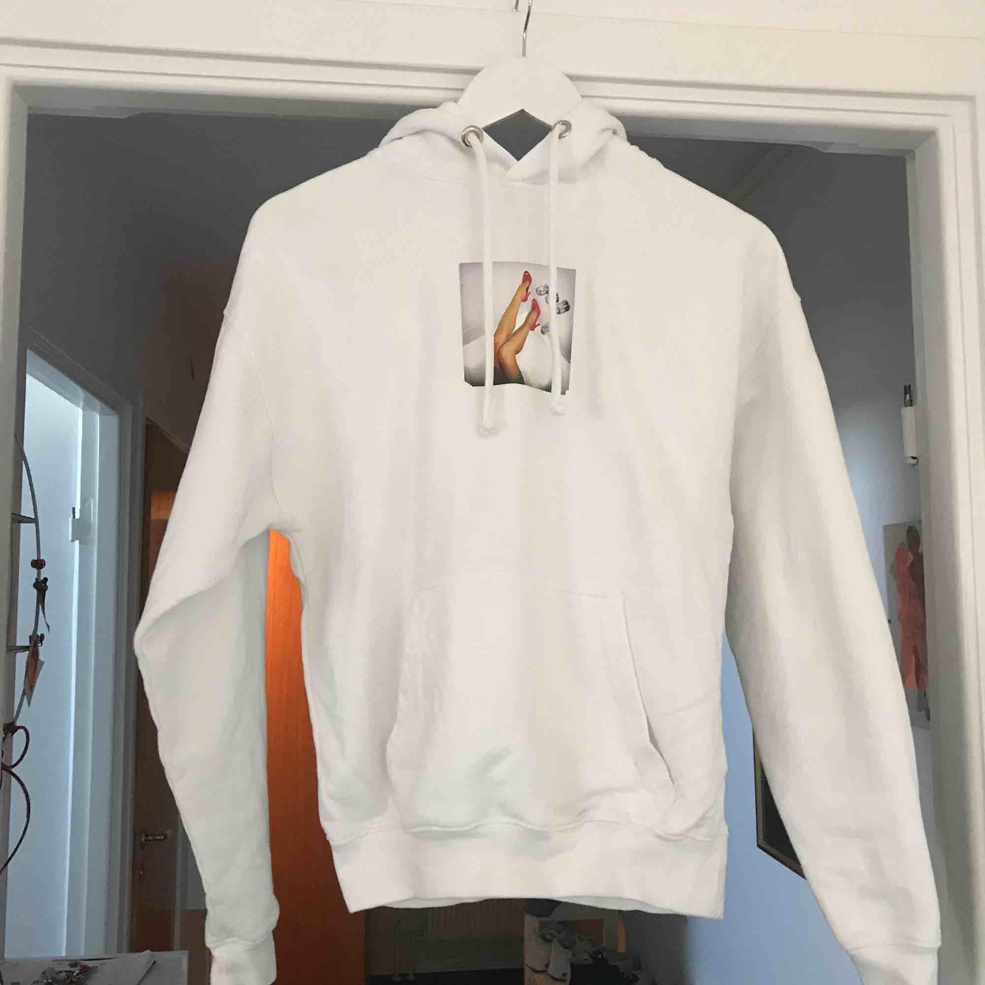 är i storlek xs men skulle säga att den passar S och M, en vit hoodie med coolt tryck. Tröjor & Koftor.