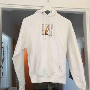 är i storlek xs men skulle säga att den passar S och M, en vit hoodie med coolt tryck
