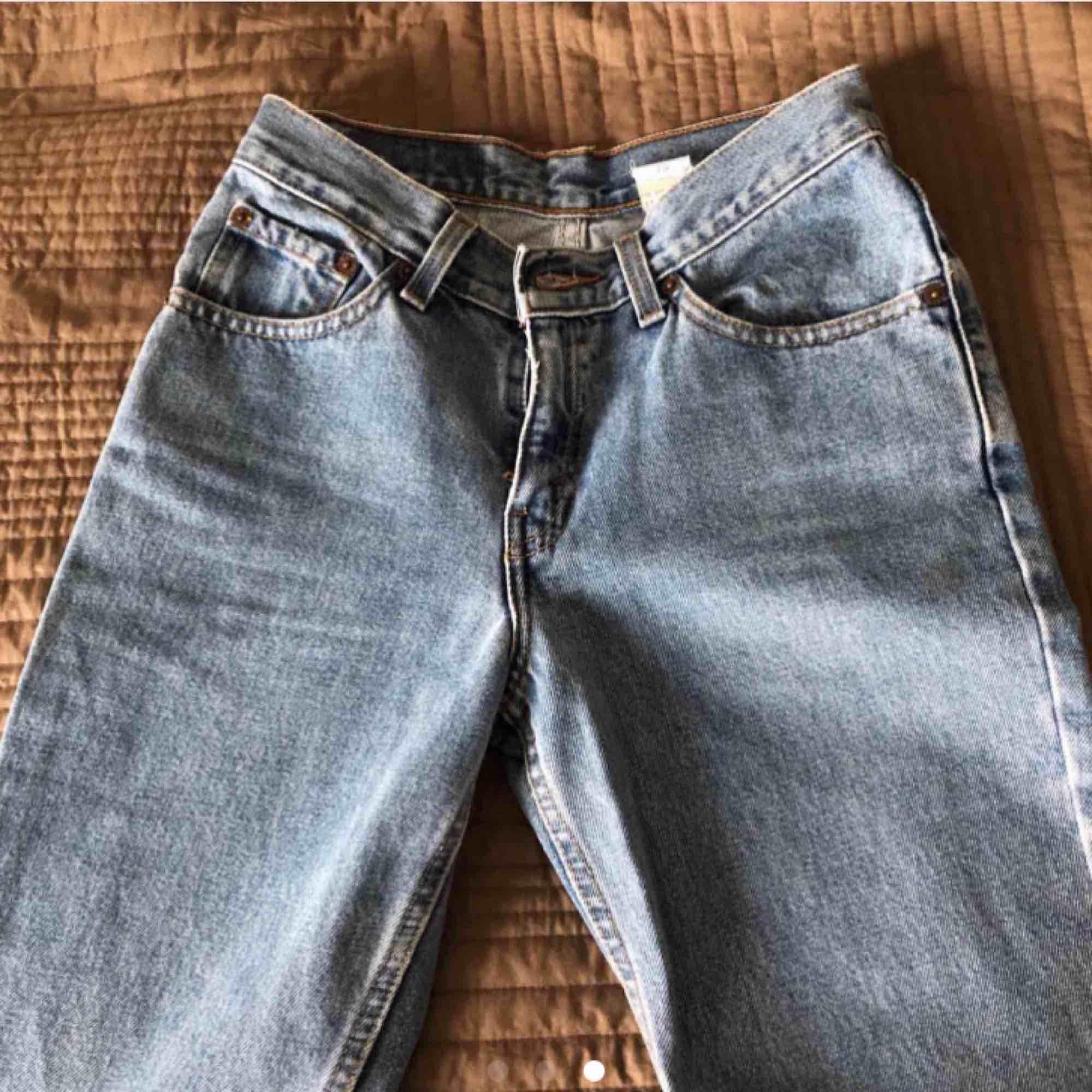 """Säljer dessa Levi's jeans som jag köpte på Plick förra veckan men som är för små för mig. Modellen heter """"Levi's 517 slim fit bootcut"""". Köparen står för frakten.. Jeans & Byxor."""