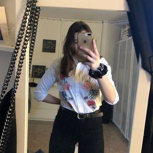 En skjorta från H&M som är kortare i modellen, broderad med blommor och har utsvängda armar, men man kan ju göra som jag har gjort på bilderna och vika upp ärmarna✨ mindre i storleken så skulle säga typ 36/38✨ du står för frakten💞