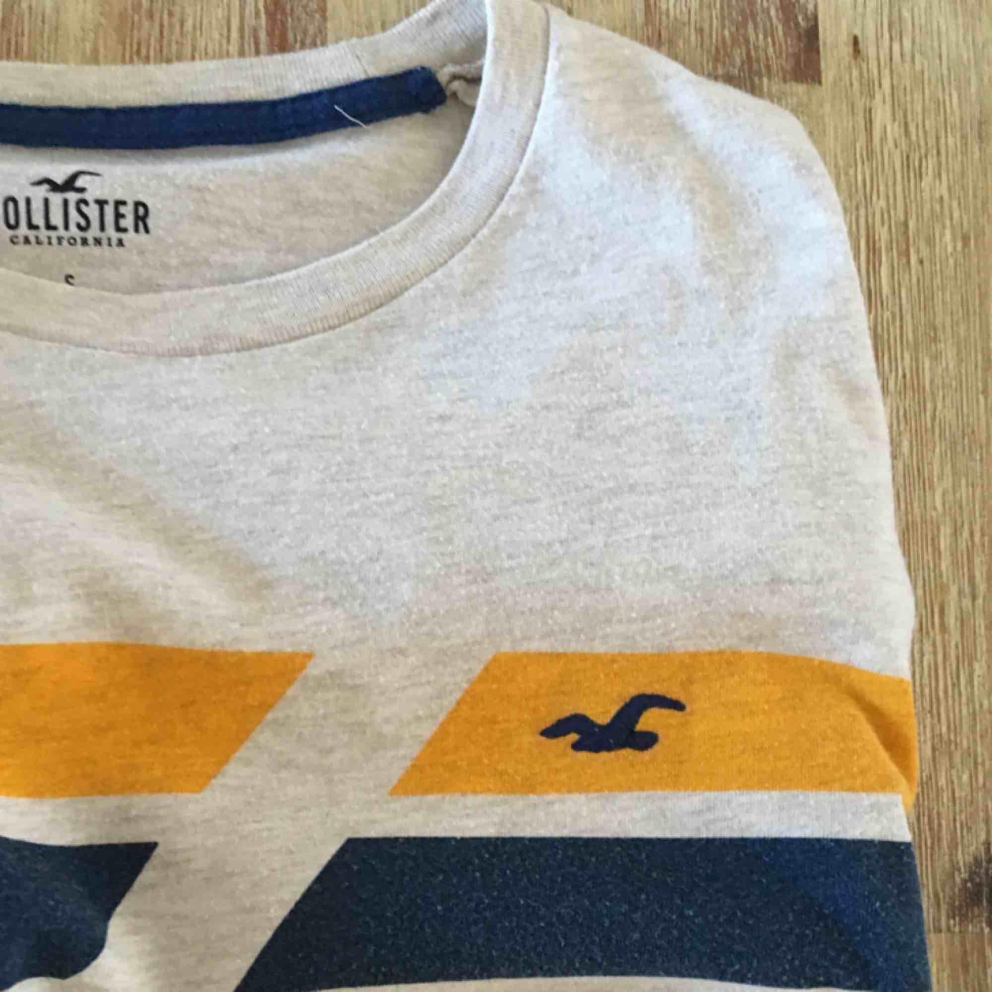 Herr T-shirt från Hollister som jag har klippt av där näre eftersom den var för lång på mig, så den är lite cropped. Frakt ingår. T-shirts.