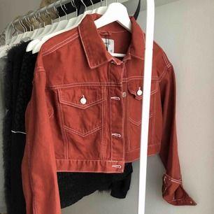 En superfin jeansjacka i en roströd färg  Nypris 15£ ca 200kr
