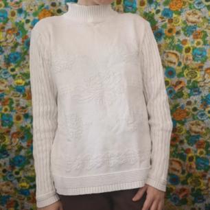 Jättefin stickad tröja i vitt med coolt mönster i själva tyget, rosor på framsidan. Halvpolo och med små dekorkmappar i halsen. Står large men är väldigt liten för en large, passar mig som har storlek xs-s i vanliga fall. Köparen står för frakten, samfraktar gärna 👍😊