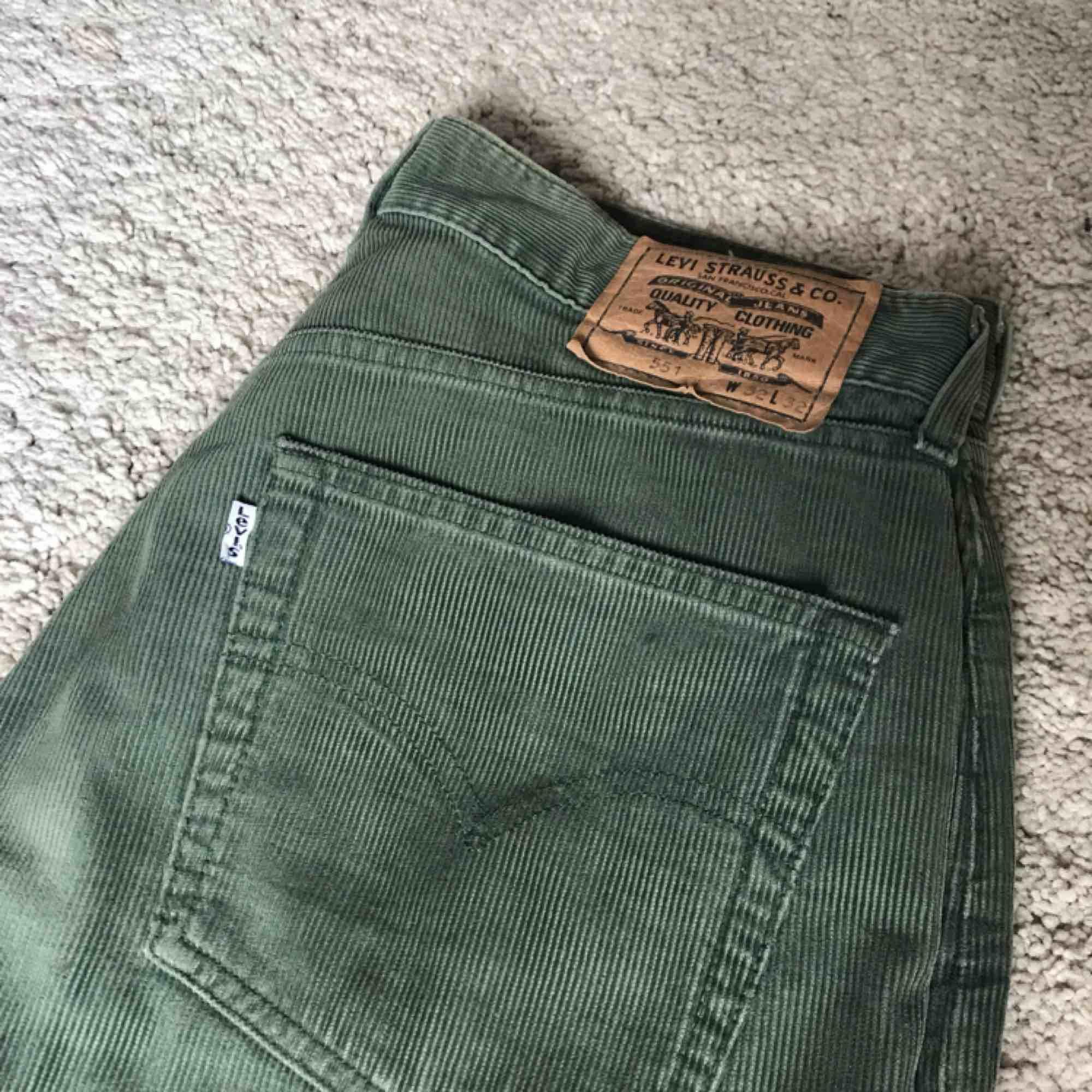 Gröna vintage manchesterbyxor från Levi's. Riktigt bra kvalité och skick på dessa.  Fråga om det är något du undrar över. . Jeans & Byxor.