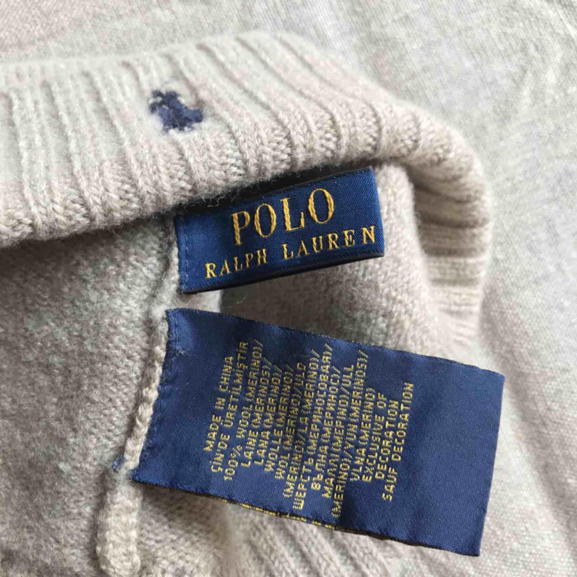 Beige Ralph Lauren mössa (äkta!) i mycket fint skick! 100%ull (sticks inte). Jag tvättade den och den blev som ny, men krympte😬. Nu är den ungefär 57cm i omkrets och 16cm i höjd... +Frakt 40kr 💫. Accessoarer.