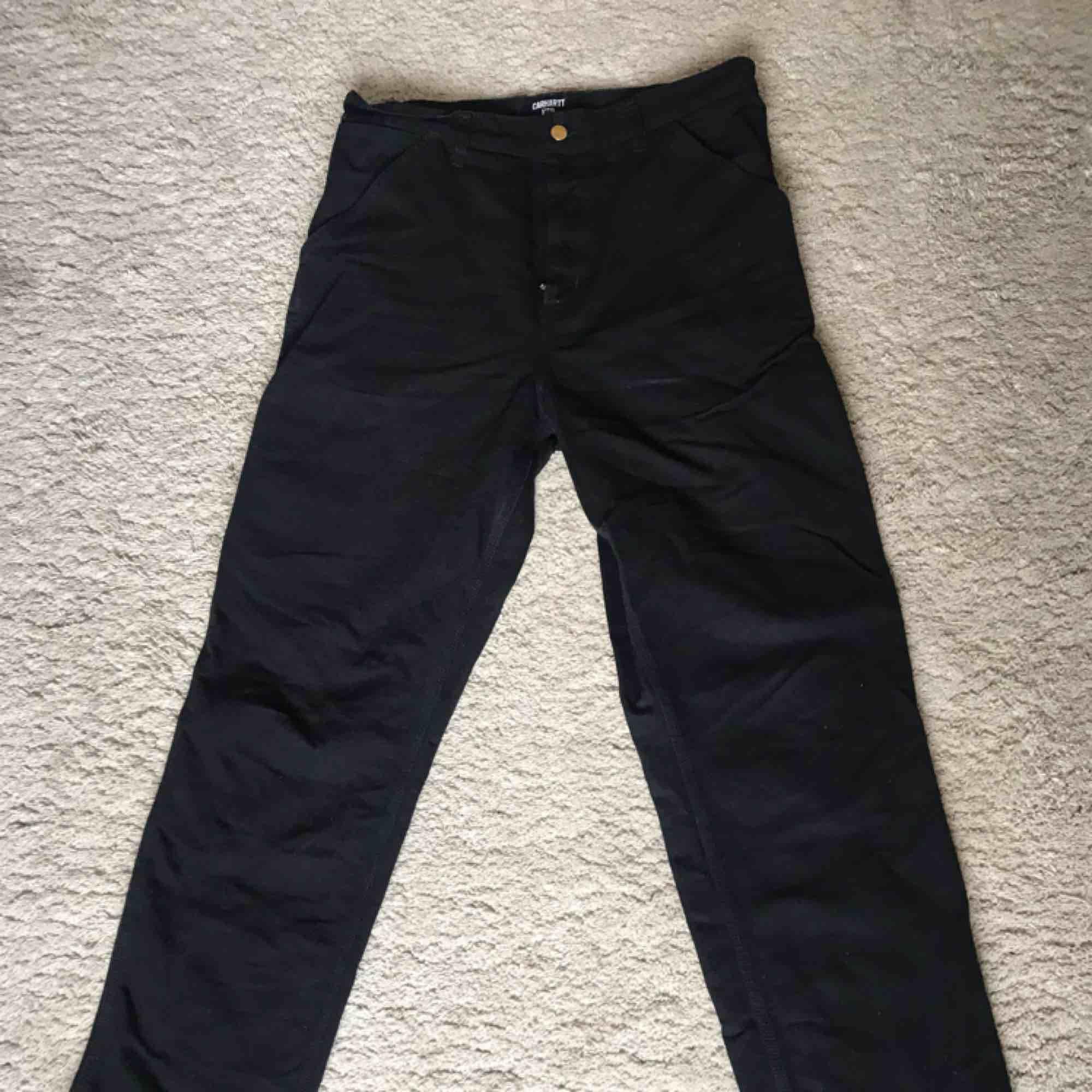 Single knee pant från Carhartt. Köptes på Caliroots förra årat för 1000kr. Använda 2 gånger, 10/10 condition. Väldigt bekväma och har en snygg baggy look till sig. . Jeans & Byxor.