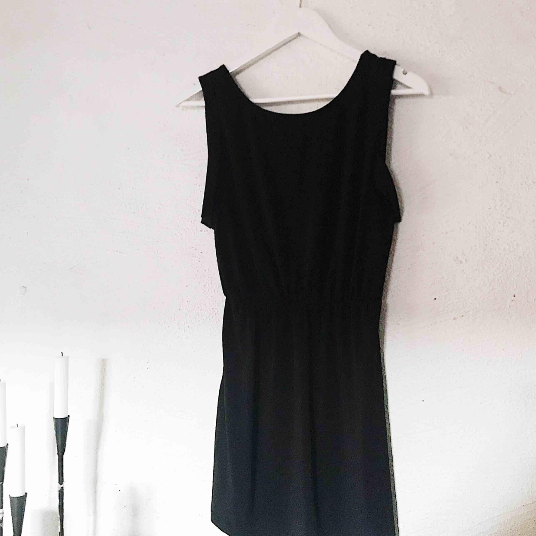 """Den perfekta """"simple black dress"""" 🖤 Slapp klänning från H&M med lite öppen rygg. Använd cirka 3 gånger. Frakt tillkommer 🌹. Klänningar."""