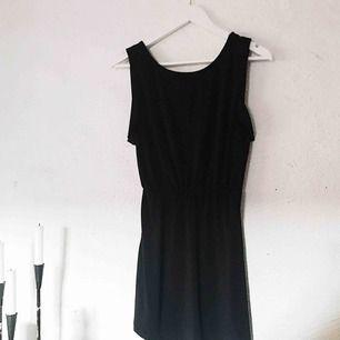 """Den perfekta """"simple black dress"""" 🖤 Slapp klänning från H&M med lite öppen rygg. Använd cirka 3 gånger. Frakt tillkommer 🌹"""