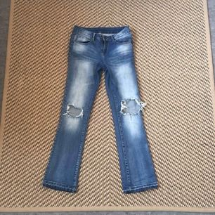 SUPERsköna jeans med perfekt bootcut och nice hål på knäna! Sitter som en smäck och är himla mjuka och bekväma. passar mig som är en S och skulle lätt kunna passa en M pga materialet. Köpare står för frakt.