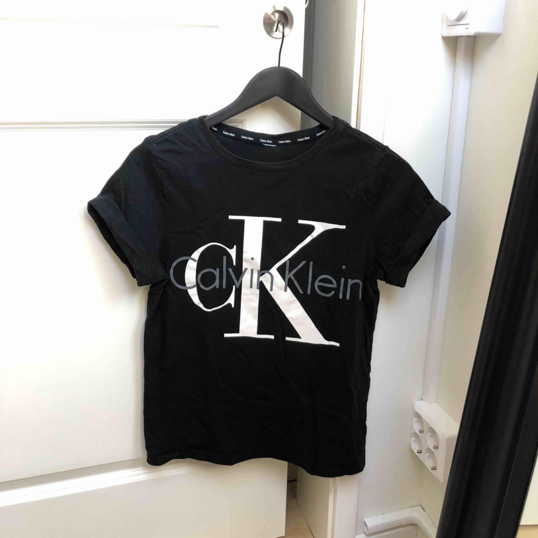 Calvin Klein t-shirt i stl S! Passar XS-S. Frakt tillkommer! . T-shirts.