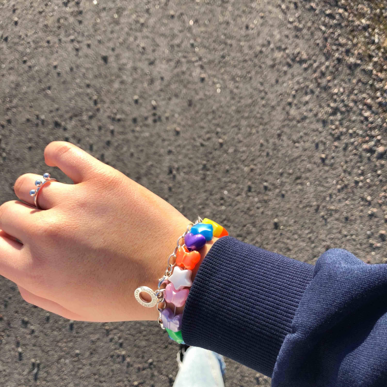 Ett trendigt armband med pärlor i olika färger, egendesignat  Kan designa valfri färgkombination . Accessoarer.