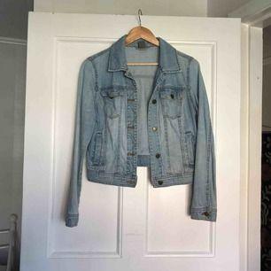 Jeansjacka från Vero Moda. Fint skick✨ Frakt: 79kr.