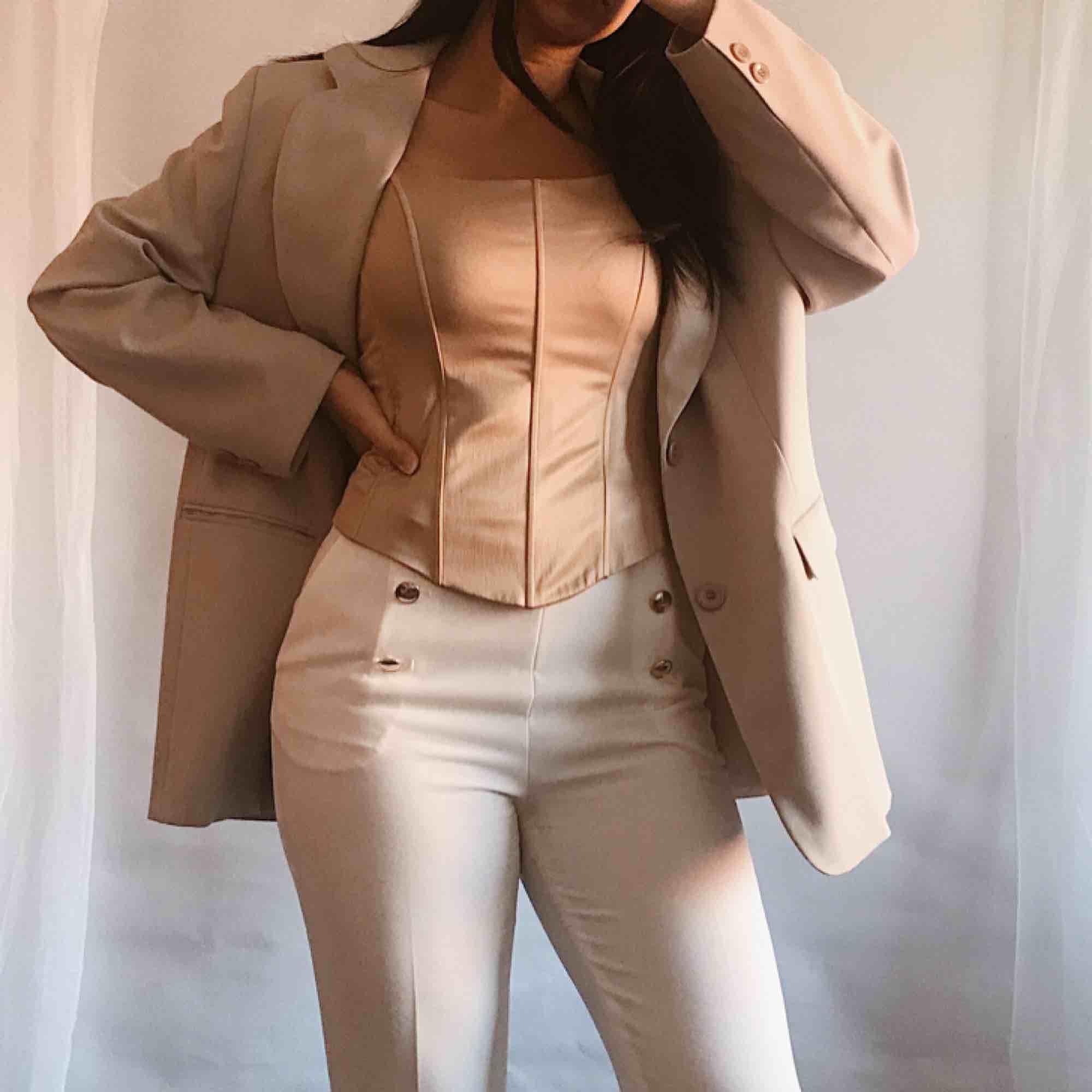 """""""Be a doll"""" dröm milky beige kavaj. Topp skick. Frakt 50kr ✨ Sista bilden visar sanna färgen . Kostymer."""