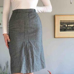 Vintage kjol i fint och rejält skick! Yttre tyget är i ylle men den är fodrad med polyester tyg så den sticks inte. Mycket fin passform! +Frakt 50kr