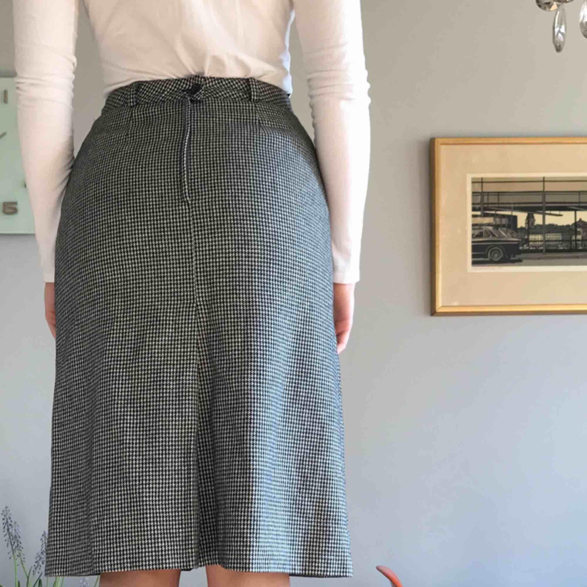 Vintage kjol i fint och rejält skick! Yttre tyget är i ylle men den är fodrad med polyester tyg så den sticks inte. Mycket fin passform! +Frakt 50kr. Kjolar.