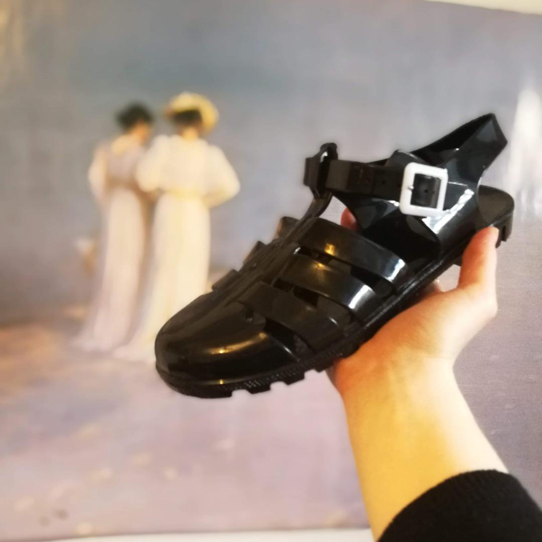 Svarta plastsandaler från okänt märke 150kr INKL frakt. Oanvända, enbart testade inomhus! Skorna är som en vanlig storlek 40. Skriv vid frågor! . Skor.