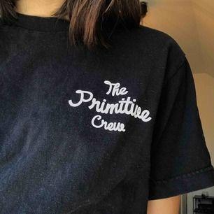 Svart tshirt från Primitive Skate! Lite urtvättad men fin och i bra skick. Pris kan diskuteras! Möts upp i Gävle eller så betalar köparen för frakt.
