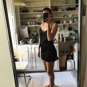 Liten halv-genomskinlig svart klänning, vintage! Passar mig som har storlek 36. Frakt tillkommer!