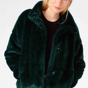 Grön pälsjacka från Lindex. Inköpt vintern 2017 men inte kommit till användning.