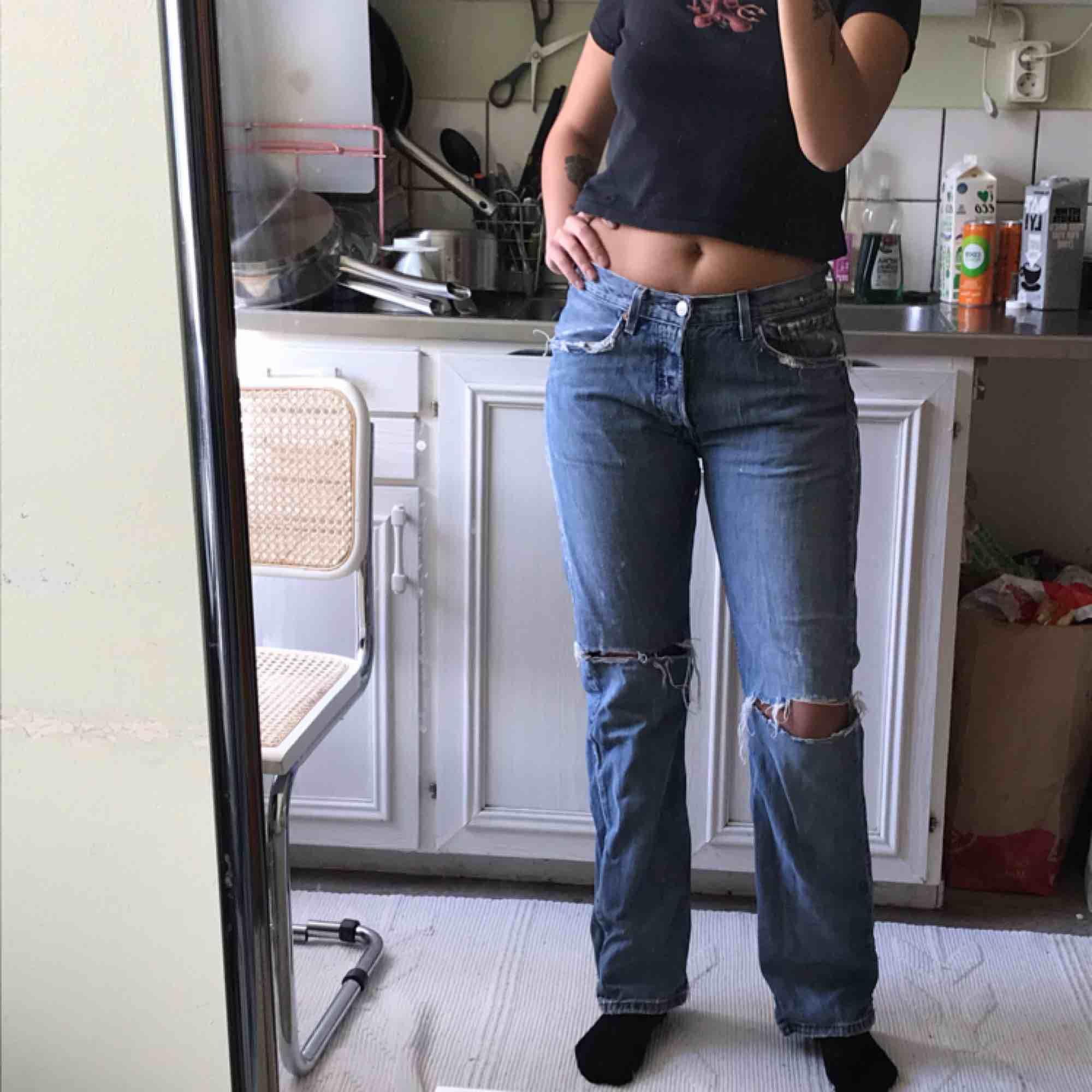 Jättesnygga slitna levi's, en storlek för stora för mig - därav säljer! :( Frakt tillkommer:) . Jeans & Byxor.