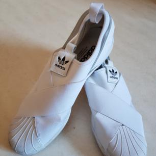 Mycket fina Adidas skor, knappt använda. Frakt ej inkluderat.