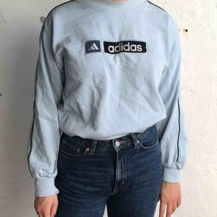 Ljusblå adidas tröja. Lite slitage i kragen. Kan mötas upp i Göteborg annars står köparen för frakten! :)