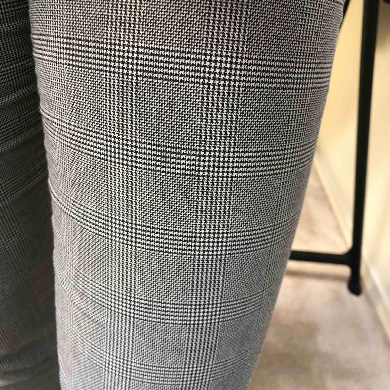 Grå-rutiga kostymbyxor från hm. Stl 34/XS. Frakt tillkommer! . Jeans & Byxor.