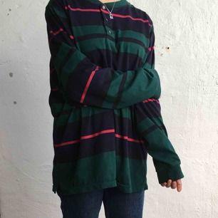 Oversized tröja. Kan mötas upp i Göteborg annars står köparen för frakten! :)